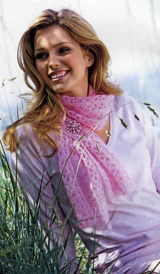 Думаете, что вязаные шарфы предназначены только для зимней стужи.  А вот и нет.  Есть такие ажурные шарфы...
